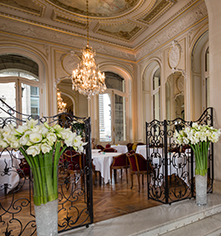 Dining at      Hotel Regina Louvre  in Paris